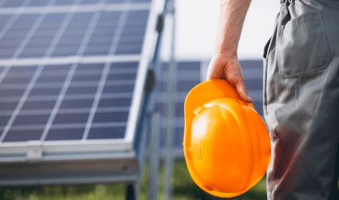equipe instalando energia solar